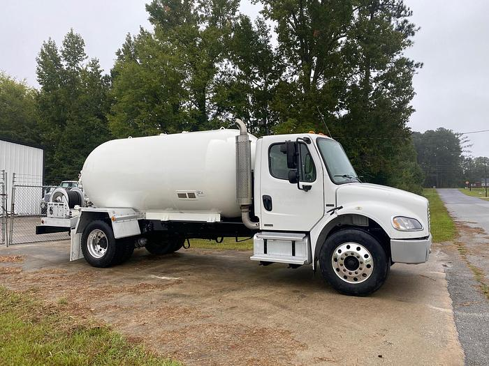 Used 2004 FREIGHTLINER BUSINESS CLASS M2 106