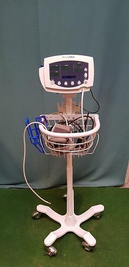Gebraucht WelchAllyn 53NTO Vital Signs Monitor mit Manschette