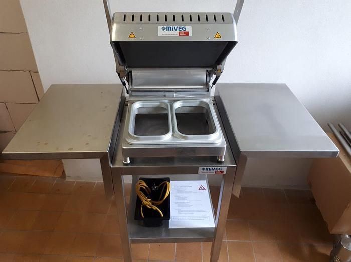 Gebraucht 2 Stück Handsiegelmaschinen mit fahrbarem Edelstahltisch und Tischablage