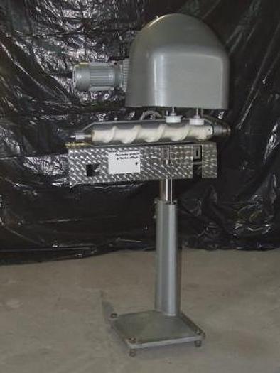 Dociskarka produktu w słoikach i puszkach napełnionych ogórki, fasolka przed zamknieciem