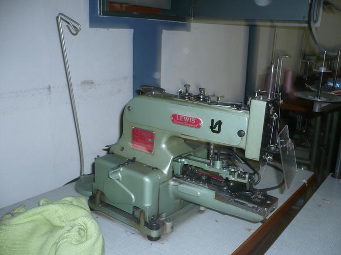 Gebraucht Knopfannähmaschine LEWIS  200-1 2+4-loch, Ösen