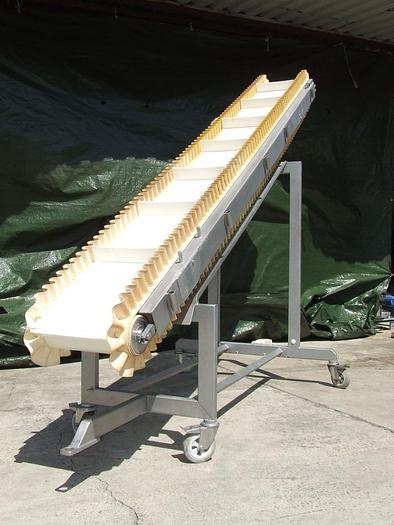Używane Nierdzewny przenośnik zabierakowy z boczną falbanką