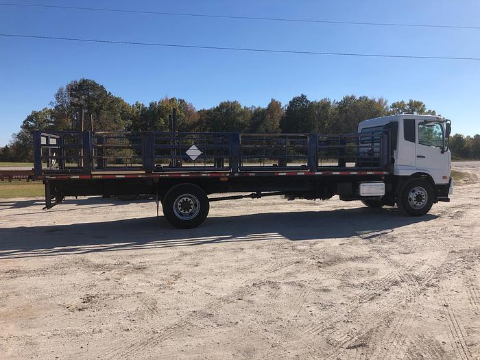 2011 UD Truck 3300 FLATBED TRUCK