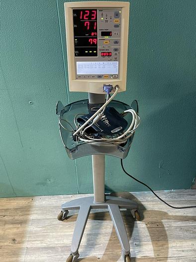 Gebraucht Datascope Accutorr Plus Patientenmonitor auf Trolley mit Blutdruckmanschette und SpO2 Fingersensor