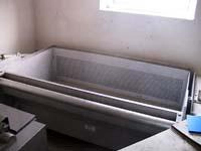 Używane Aluminiowa wanna z hydraulicznie unoszonym koszem do rozmrażania bloków rybnych, mięsnych, itp.