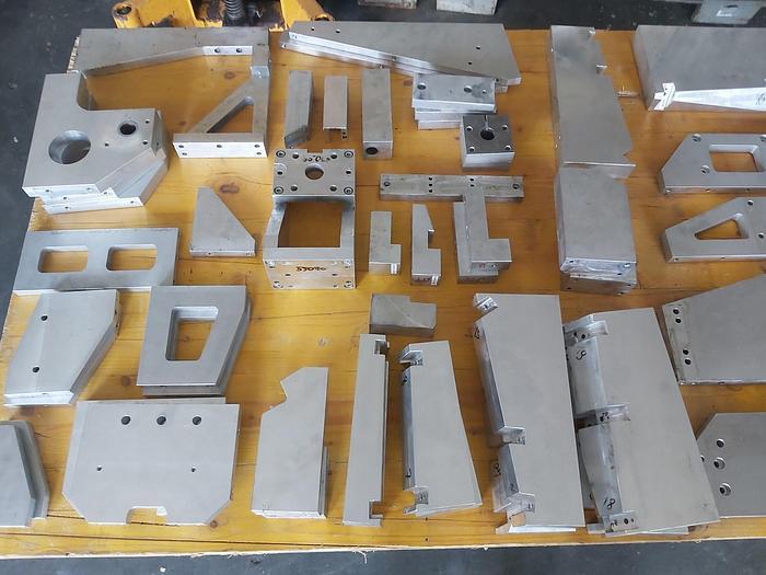 Gebraucht Aluminium Konstruktionsteile, Bleche, Winkel, usw., gemäß Foto,  gebraucht