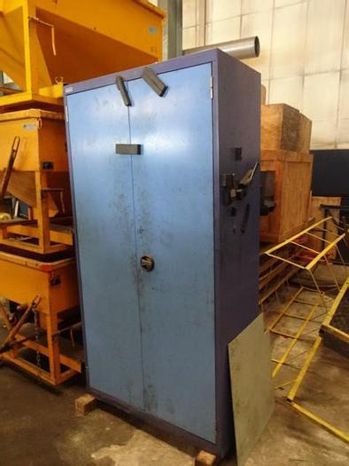 Utilisé Une armoire métallique industrielle d'atelier