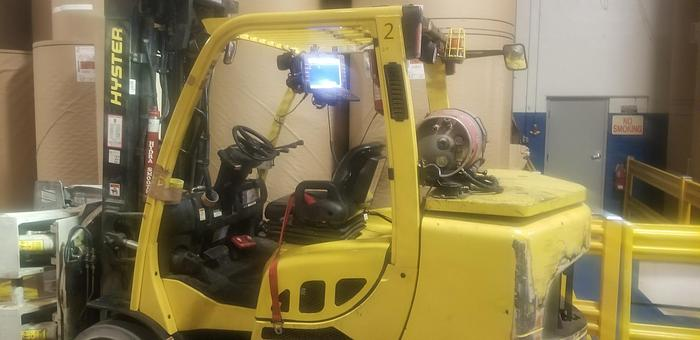 Used 13,500 POUND HYSTER FORKLIFT WITH CASCADE ROLL CLAMP