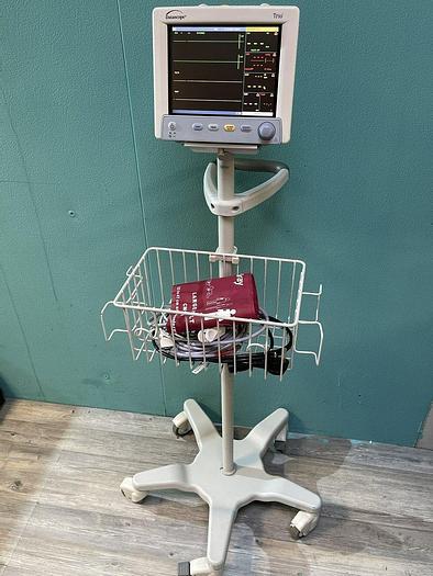Gebraucht Datascope Trio Patientenmonitor auf Trolley mit Blutdruckmanschette und SpO2 Fingersensor