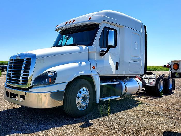 Used 2017 Freightliner Cascadia Truck w/ Sleeper