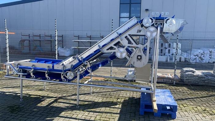 Conveyor belt with cleaning system