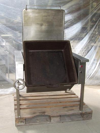 Nierdzewna patelnia uchylna z misą żeliwną