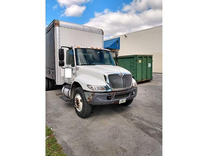 2002 INTERNATIONAL 4400 26'CURTAIN SIDE FLATBED TRUCK
