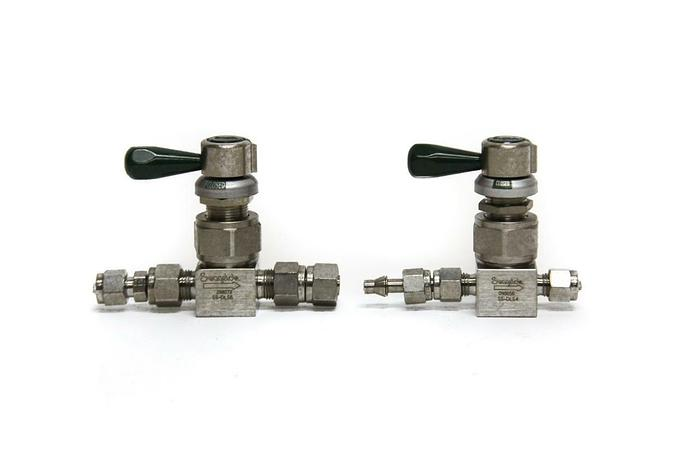 Used Swagelok 298072 SS-DLS6 and SS-DLS4 098656 Diaphragm Valve Lot of 2 (5176)