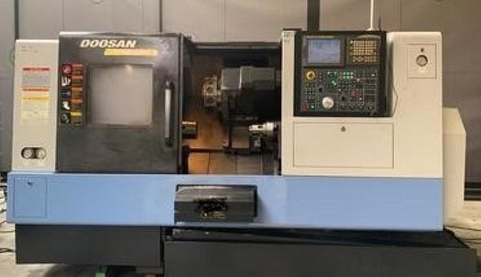 Använd Doosan Puma 240 MSB, från 2008, Svarv med 5 axlar och stångmatare.