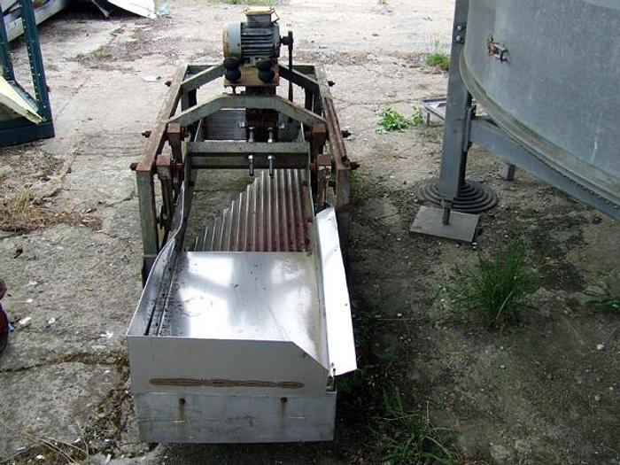 Wibracyjny podajnik do równomiernego rozkładania produktu na taśmę np. tunelu zamrażalniczego