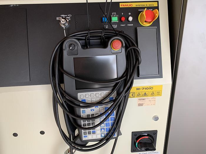 2012 FANUC M710iC/50 WITH RISER AND CONVEYOR SYSTEM APPEARS NEVER USED
