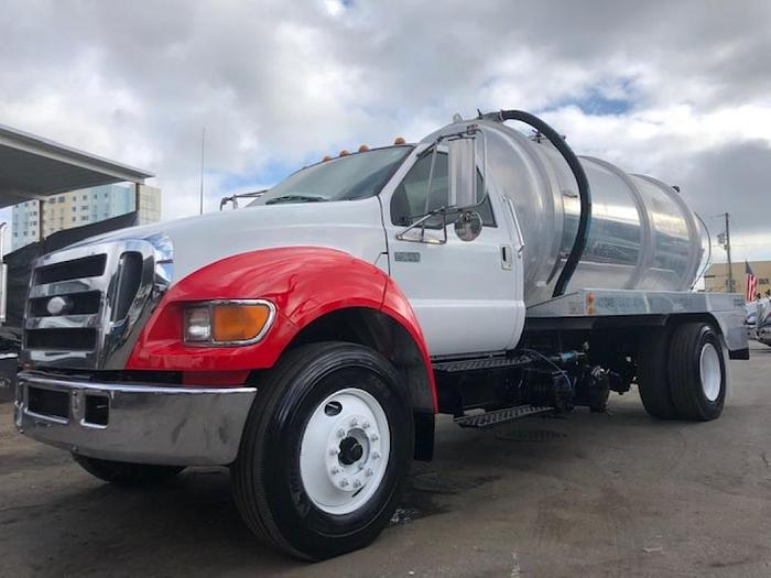 2004 FORD 7-750