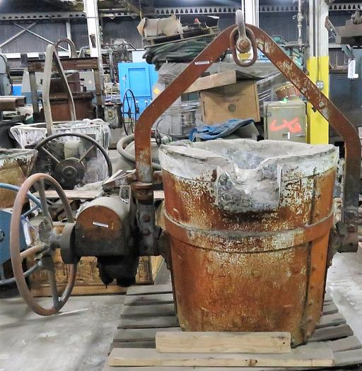 WHITING GEARED LIP POUR LADLE