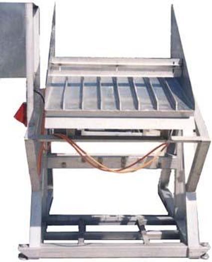 Stół wibracyjny ze wzdłużnymi orientatorami do świeżej ryby lub pociętych pasków mrożonych ryb itp.